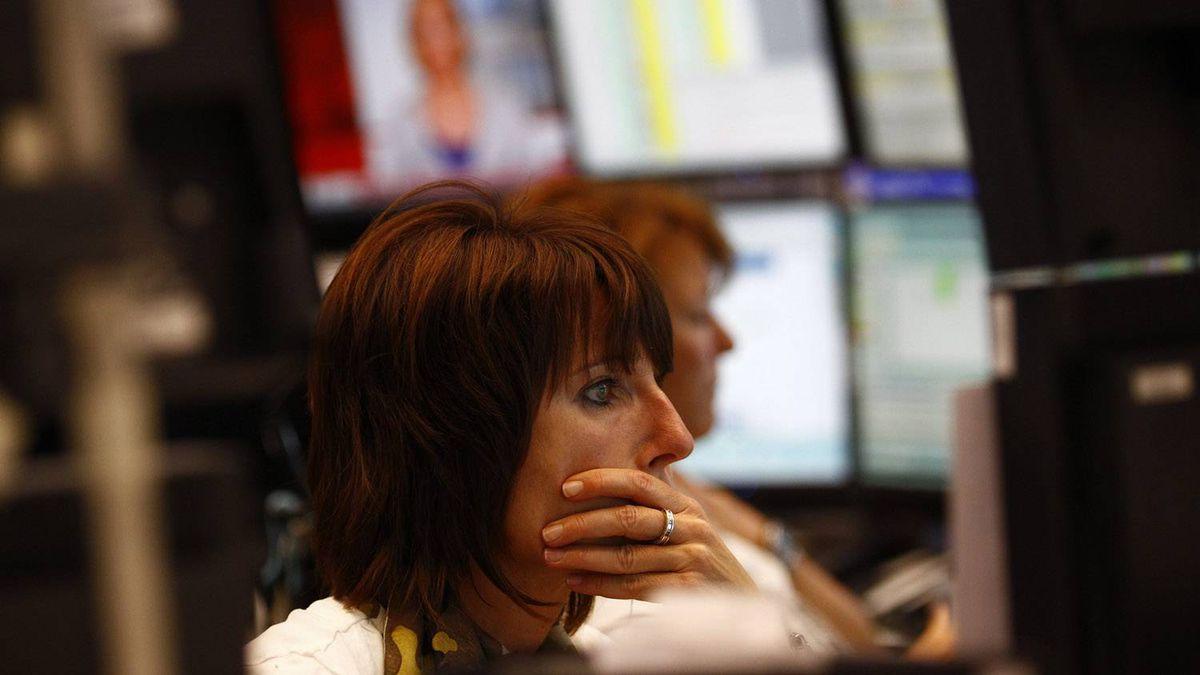 Traders work at their desks at Frankfurt's stock exchange August 8, 2011.