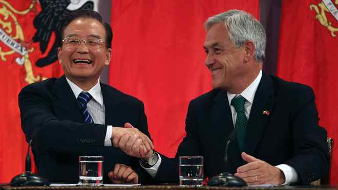 Chile's President Sebastian Pinera (R) and China's Premier Wen Jiabao shake hands at the Presidential Palace in Santiago, June 26, 2012. Wen is in Chile for the last leg of his official visit to Latin America.