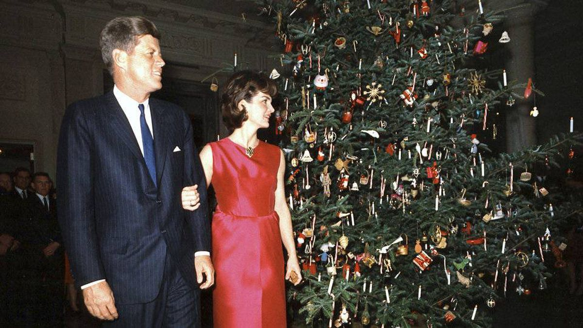 President John F. Kennedy and his wife Jacqueline Kennedy alongside a White House Christmas tree in 1962.