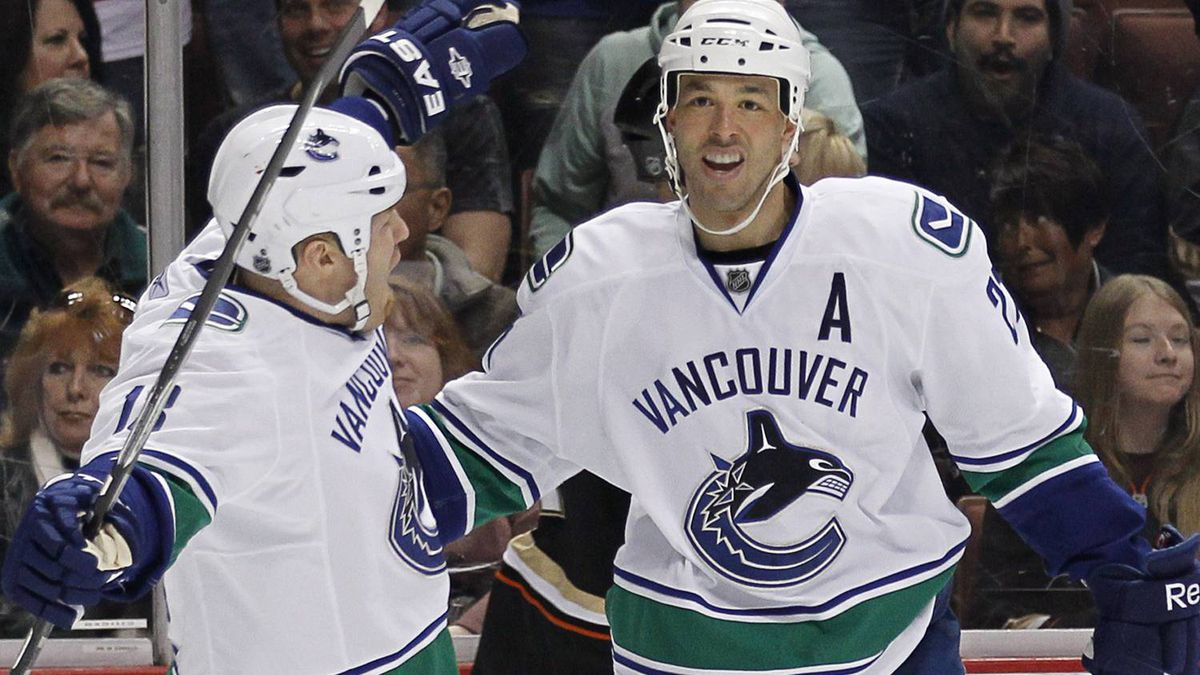 Vancouver Canucks center Manny Malhotra (R) celebrates his goal against the Anaheim Ducks with teammate Raffi Torres (L) during the first period of their NHL hockey game in Anaheim, California March 6, 2011. REUTERS/Mike Blake