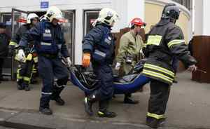 Emergency Ministry workers carry the body of a victim of a bomb explosion at Park Kultury metro station.