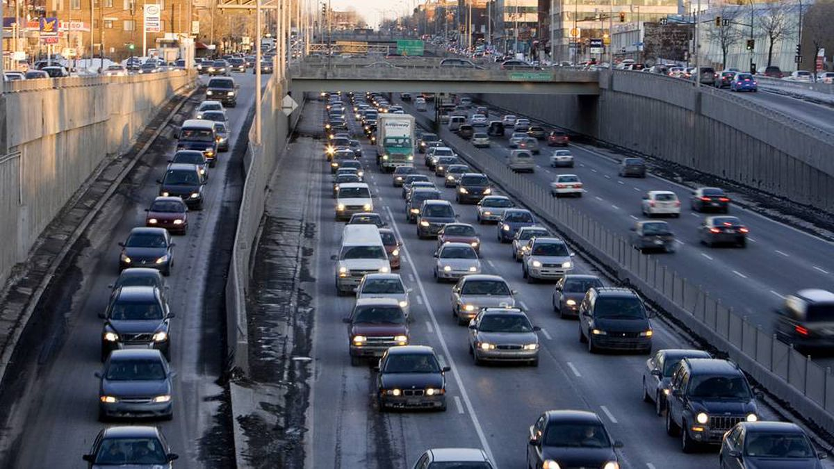 Commuters on Decarie in Montreal in 2007. One kilometre of road cost 37 per cent more to build in Quebec in 2008 than the average cost for the rest of the country, a report says.