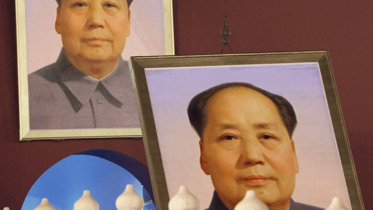Workers change the portrait of China's late revolutionary leader Mao Zedong which hangs on Tiananmen Gate in Beijing on September 27, 2011, ahead of China's National Day on October 1.