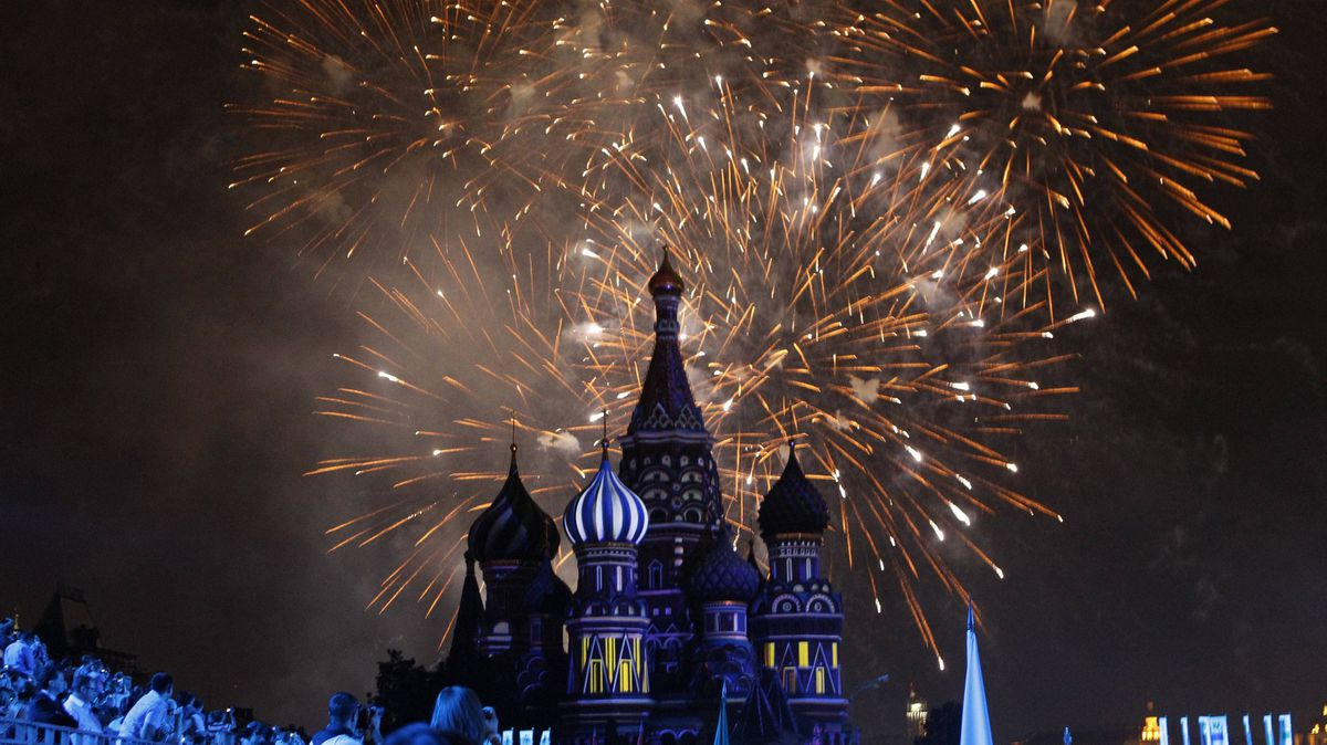 """Fireworks explode above St.Basil's cathedral during a rehearsal for the """"Spasskaya Tower"""" international military music festival at Moscow's Red Square August 30, 2011."""
