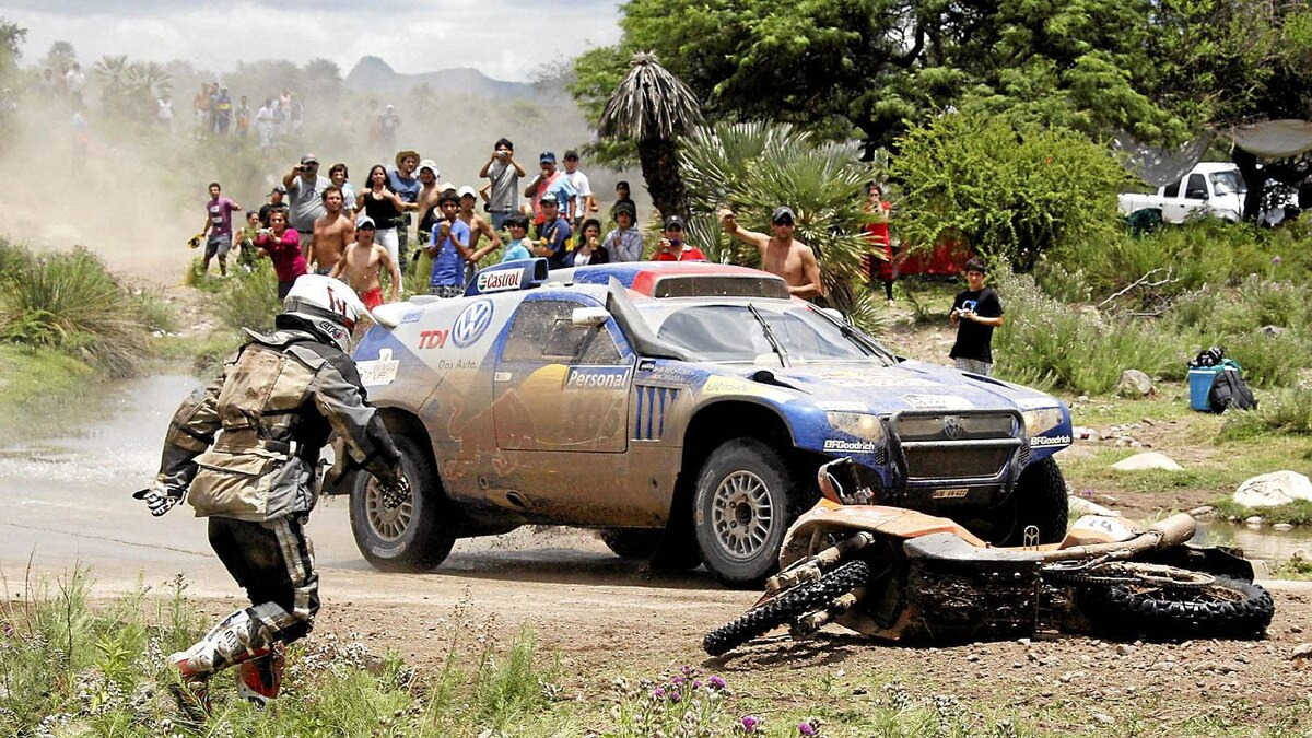 Donald Hatton runs to pick up his KTM motorcycle after a fall during the 2010 Dakar Rally.