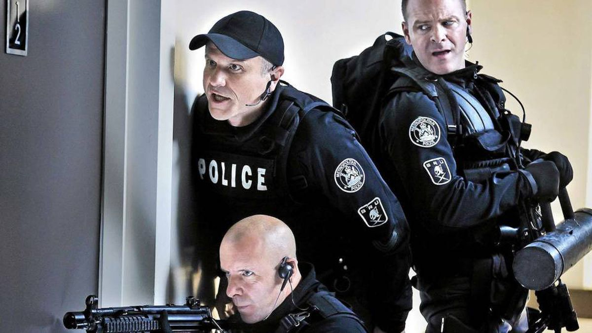 Ed Lane (Hugh Dillon), Sgt. Gregory Parker (Enrico Colantoni) and Kevin Wordsworth (Michael Cram) race to rescue a politician when a radio host threatens to kill him live on the air in a scene from Flashpoint.