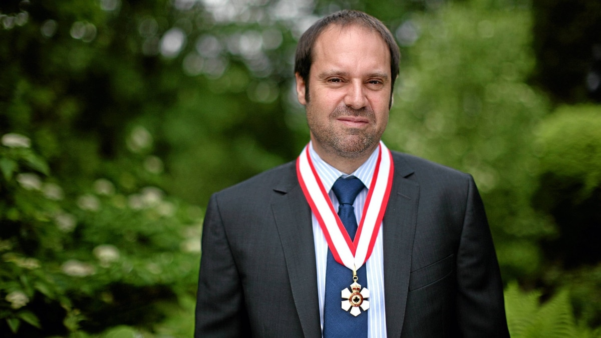 Jeffery Skoll was made an Officer of the Order of Canada on May 25, 2012.