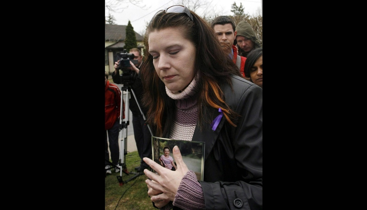 Victoria Stafford's mother Tara McDonald clutches Victoria's school photo that was taken the day before she disappeared as she speaks to reporters in Woodstock, Ont., Wednesday, April 22, 2009.