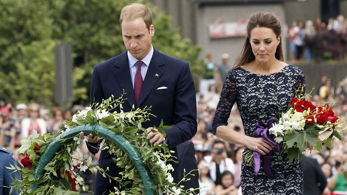 Britain's Prince William (L) and his wife Catherine, Duchess of Cambridge lay a wreath and flowers at the National War Memorial in Ottawa June 30, 2011. The couple will tour seven cities in four provinces and one territory in Canada before heading to California on July 8.
