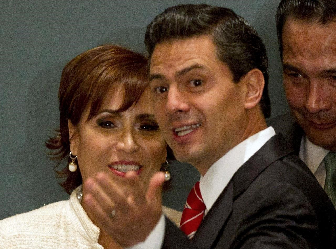 Ex-Mexico government official held pending trial on corruption