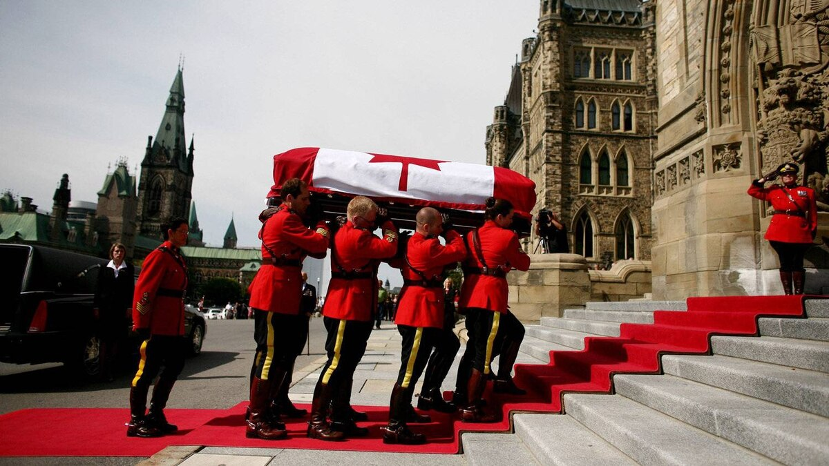 RCMP pallbearers carries the casket of NDP leader Jack Layton into Parliament Hill in Ottawa.