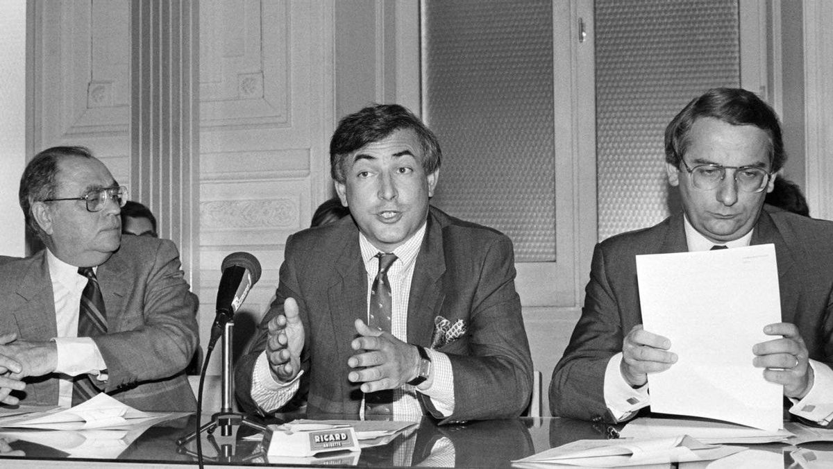 French socialist party MP and national secretary for economics Dominique Strauss-Kahn, flanked by former minister of finance Pierre Beregovoy, left, and former labor minister Michel Delebarre, right, gives a press conference on the economic and social situation in France on June 19, 1986, in Paris.