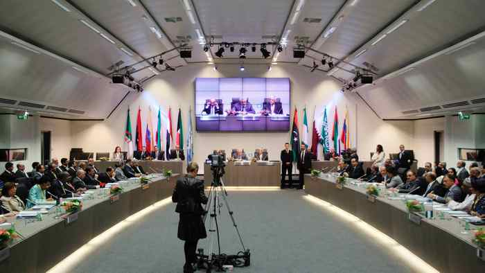 A general view of a meeting of OPEC oil ministers at OPEC's headquarters in Vienna, June 14, 2012. OPEC prepared to keep oil output limits on hold on Thursday, leaving swing producer Saudi Arabia to unilaterally decide whether it needs to scale back supplies to stem a price slide.