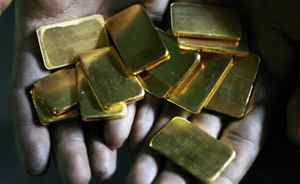 A worker shows gold biscuits at a precious metals refinery in Mumbai March 3, 2008. Gold prices are up nearly fourfold since early 2001. This year alone, bullion has jumped almost 25 percent to a record peak of $1,030.80 an ounce in mid-March as investors, looking for safety in turbulent financial markets, took sanctuary in gold and other commodities. Picture taken March 3, 2008. REUTERS/Arko Datta (INDIA)