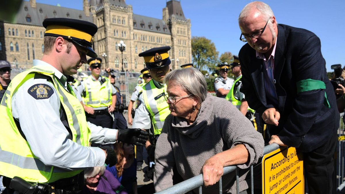 Protesters are arrested as they cross a security fence at Parliament Hill on Sept. 26, 2011.
