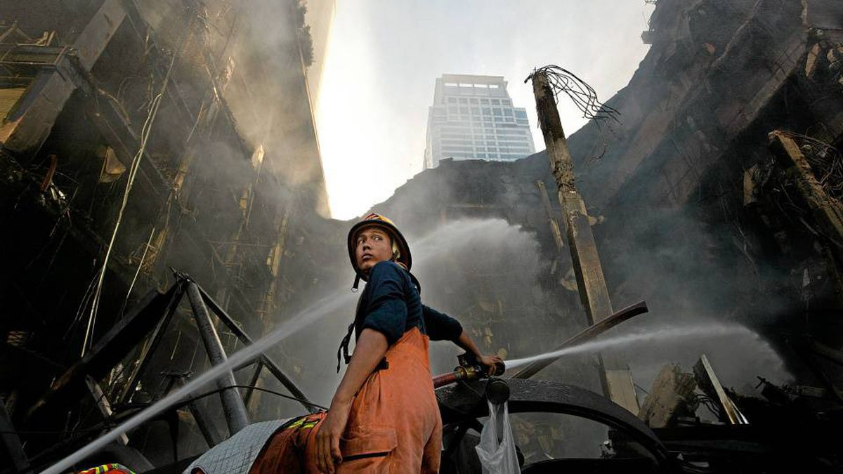 A firefighter works to contain a blaze at CentralWorld shopping centre in Bangkok on Thursday. Wednesday's violence saw government forces evict Red Shirt protesters from the city's major shopping district.