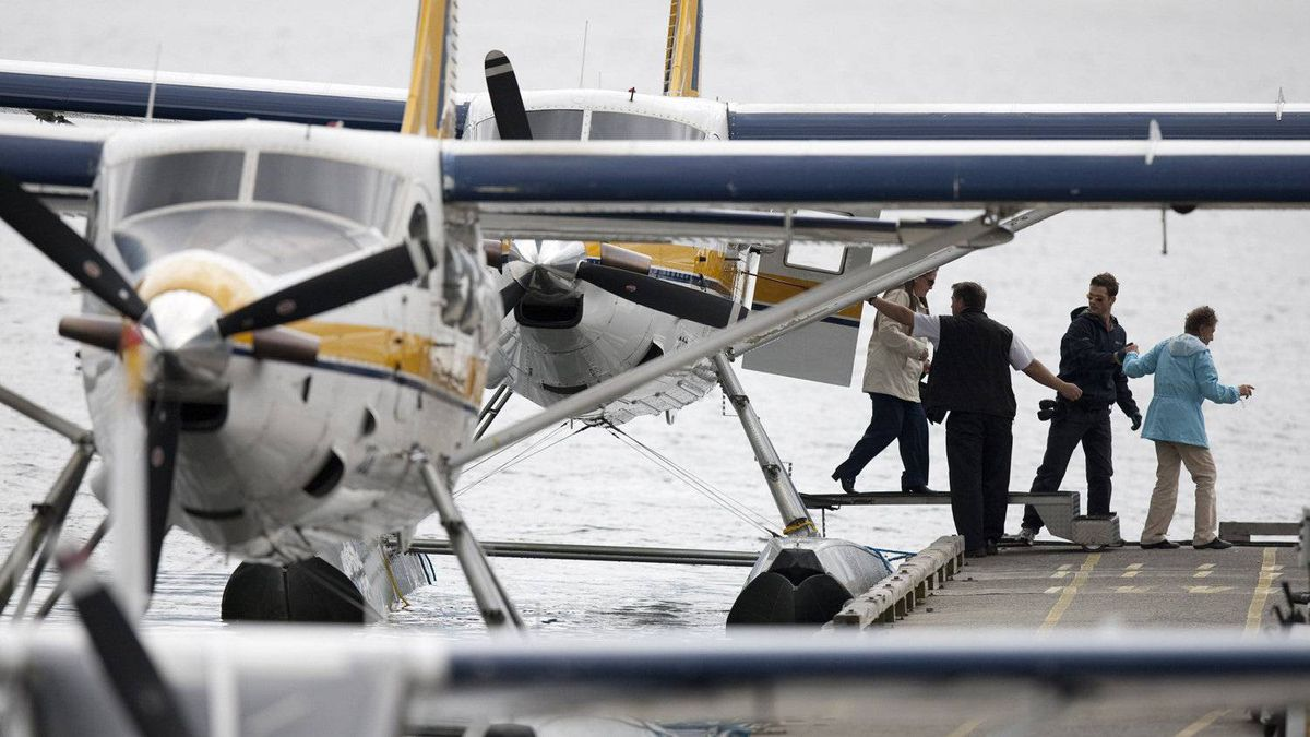 Passengers disembark a Harbour Air floatplane in Vancouver's Coal Harbour June 3, 2010.