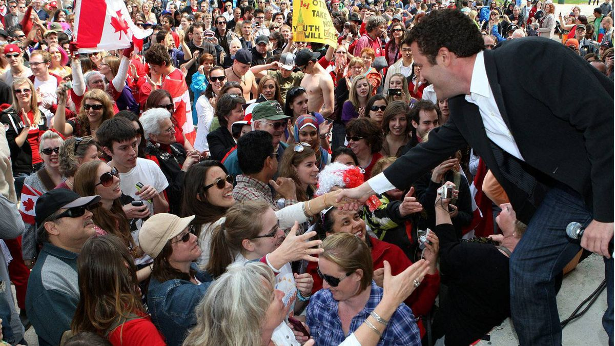 TV's Rick Mercer greats the crowd in London, Ont., Saturday, April 30, 2011. Mercer has been urging youth to rally and vote throughout the campaign.