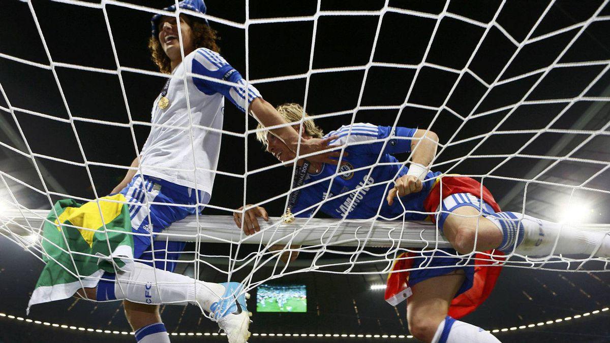 David Luiz (L) and Fernando Torres of Chelsea celebrate after winning the UEFA Champions League final soccer match against Bayern Munich at the Allianz Arena in Munich . REUTERS/Michael Dalder