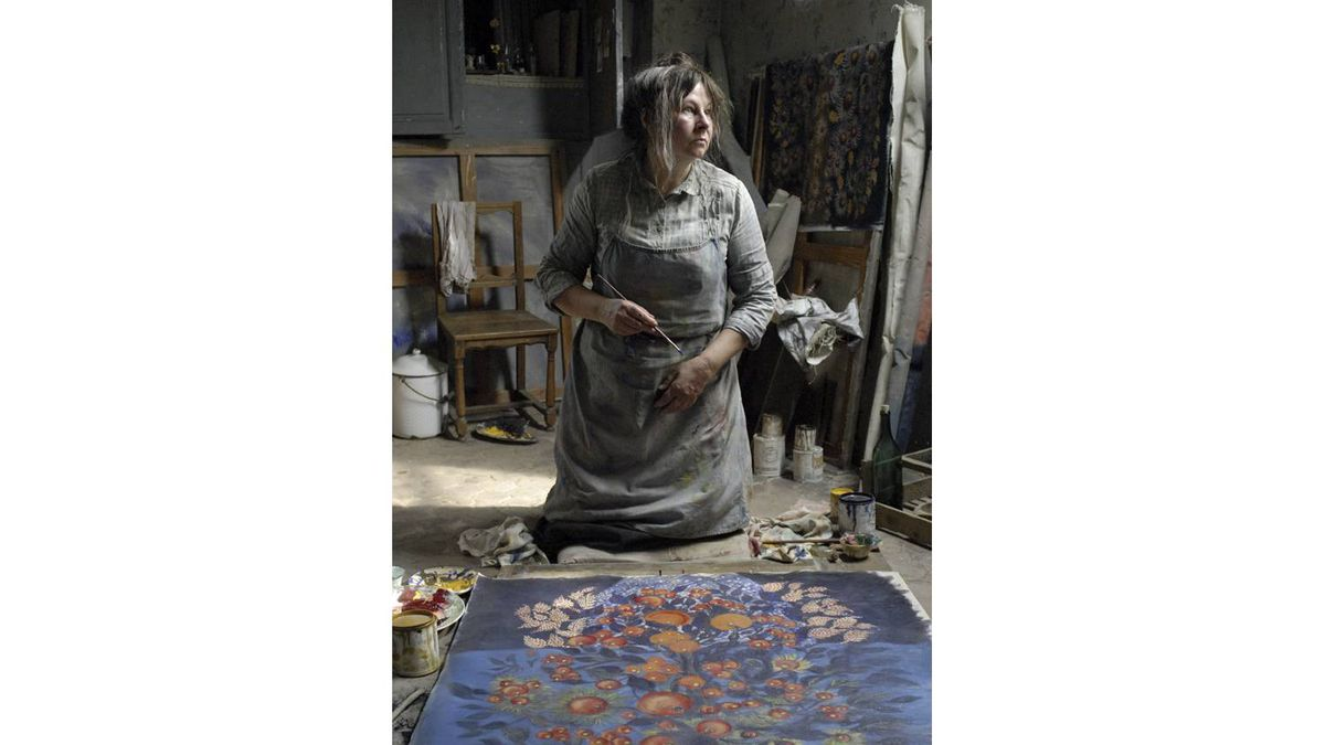 Yolande Moreau stars as Seraphine who lives near Paris where she earns a living doing household chores and cleaning. In her spare time, Seraphine paints - extraordinarily well.