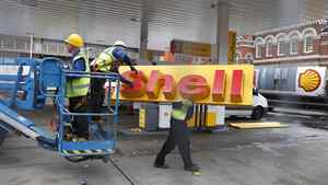 Workers dismantle a Shell petrol station after it closed in central London in a November 8, 2011 file photo. Shell is struggling to pay off $1-billion (U.S.) that it owes Iran for crude oil because European Union and U.S. financial sanctions now make it almost impossible to process payments, industry sources said.