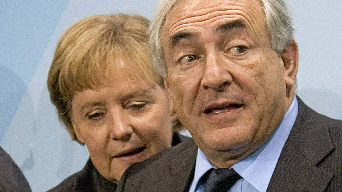 German Chancellor Angela Merkel talks to Dominique Strauss-Kahn, Managing Director of the International Monetary Fund (IMF), after a news conference in Berlin, December 19, 2007.