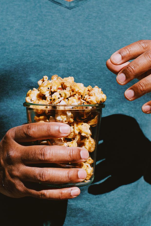 This spiced caramel popcorn tastes of fall