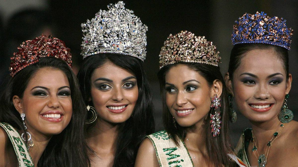 Winners of the Miss Earth beauty pageant (L-R) Miss Fire, Marianne Martinez of Venezuela, Miss Earth, Hil Yesenia Escobar of Chile, Miss Air, Amruta Patki of India and Miss Water, Catherine Untalan of the Philippines smile to the crowd during the coronation night in Manila