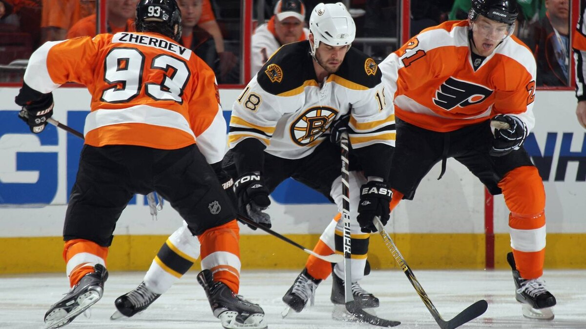 Nathan Horton #18 of the Boston Bruins carries the puck around Nikolay Zherdev #93 and James van Riemsdyk #21 of the Philadelphia Flyers. (Photo by Bruce Bennett/Getty Images)