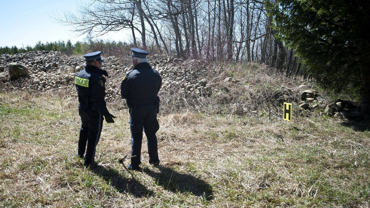 OPP officers are seen at the site where Tori Stafford's body was found near Mount Forest, Ont.