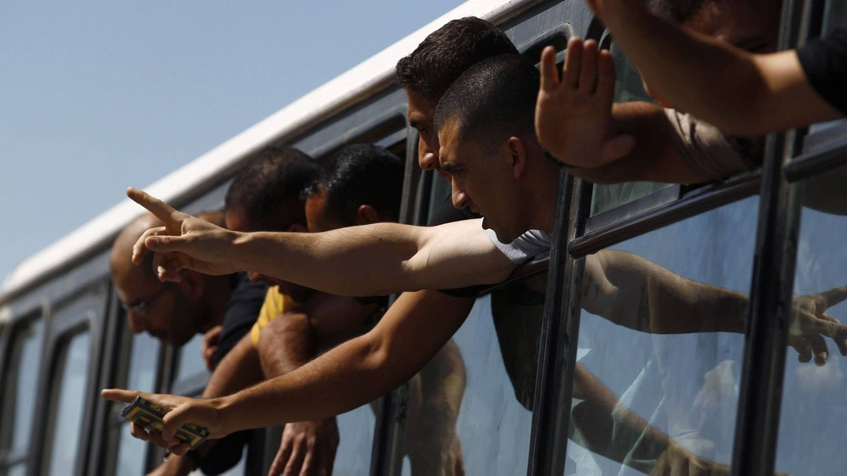 Palestinian prisoners gesture as they enter Gaza via the Rafah crossing from Egypt October 18, 2011.