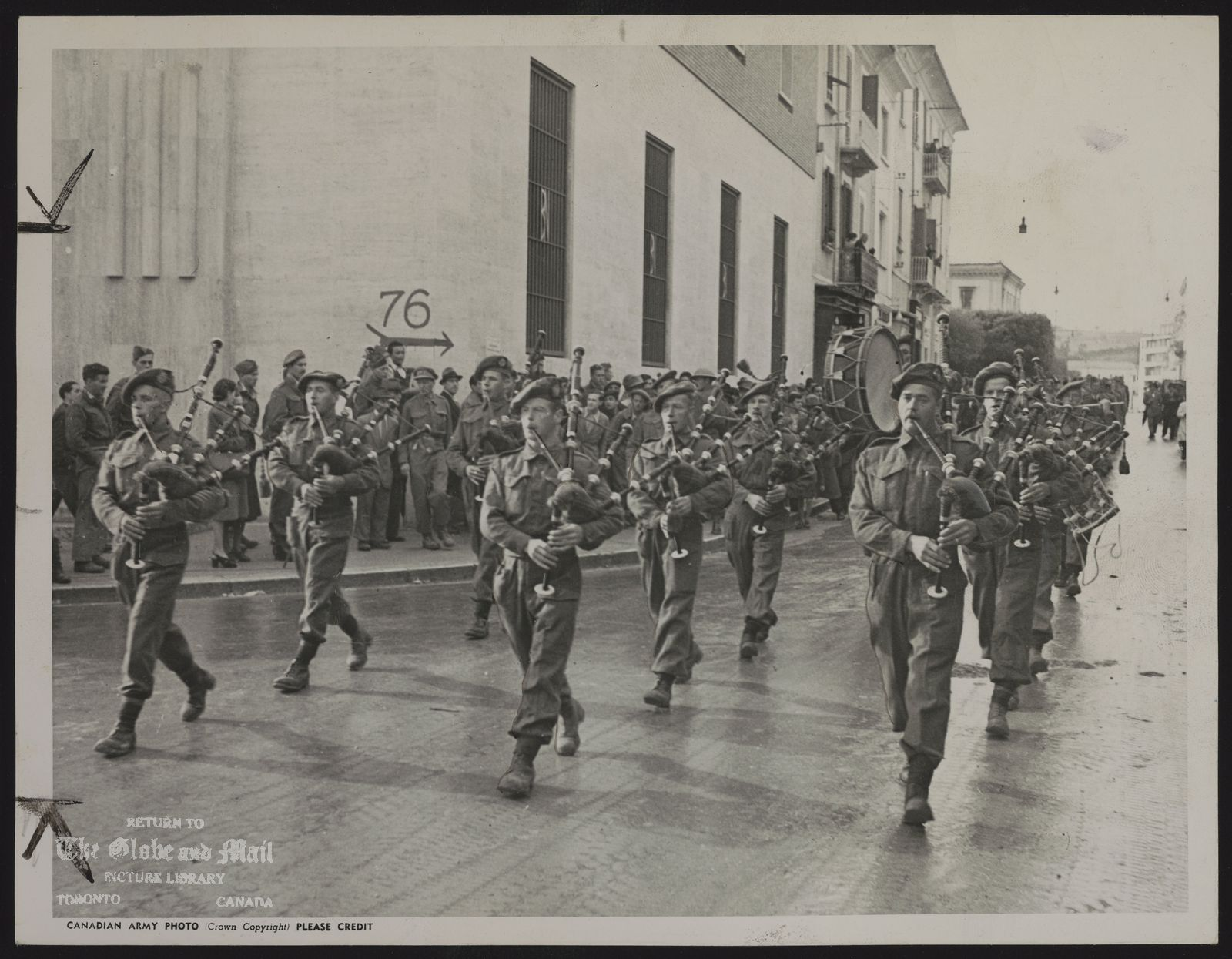 WORLD WAR II CANADA FORCES IN ITALY 48th Highlanders in Italy. Canadian Army Photo