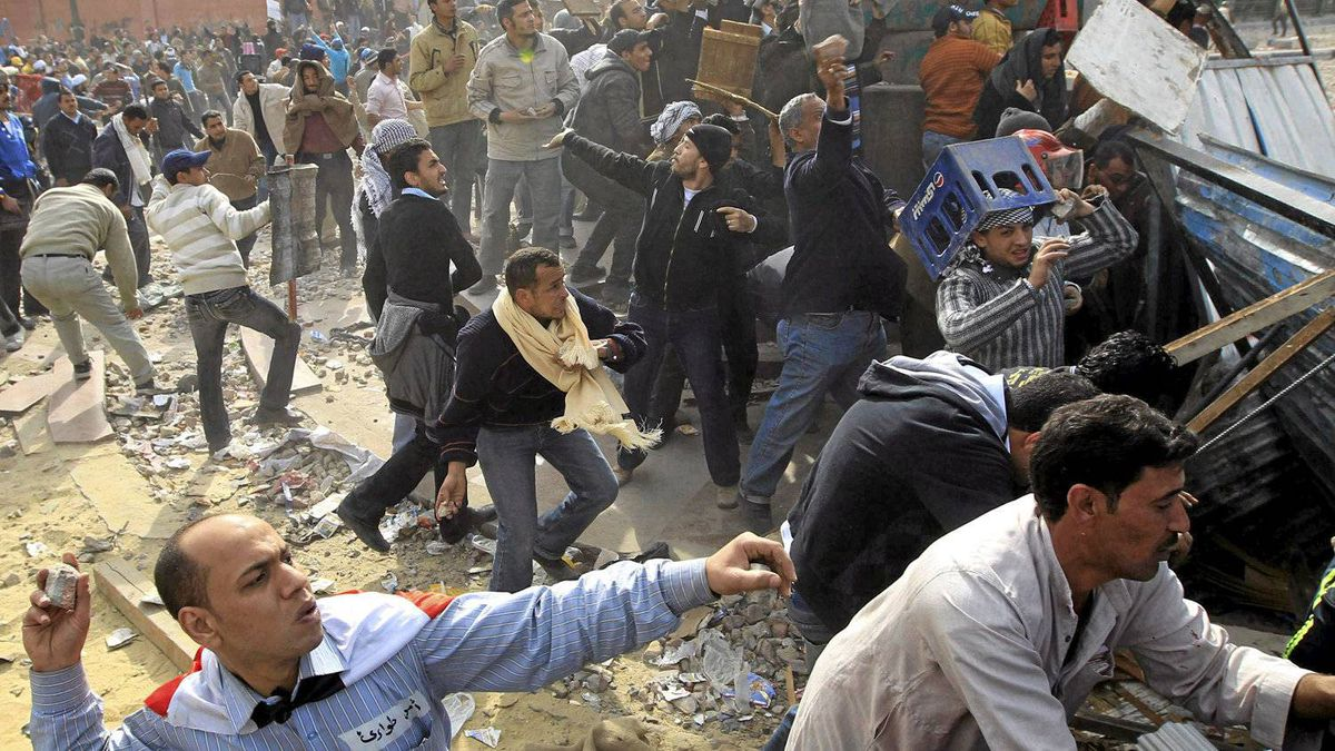 Opposition supporters throw rocks during rioting with pro-Mubarak supporters near Tahrir Square in Cairo February 3, 2011. Anti-government protesters and supporters of Mubarak clashed on Thursday near a central Cairo square in a re-run of overnight violence that killed six and wounded more than 800 people.