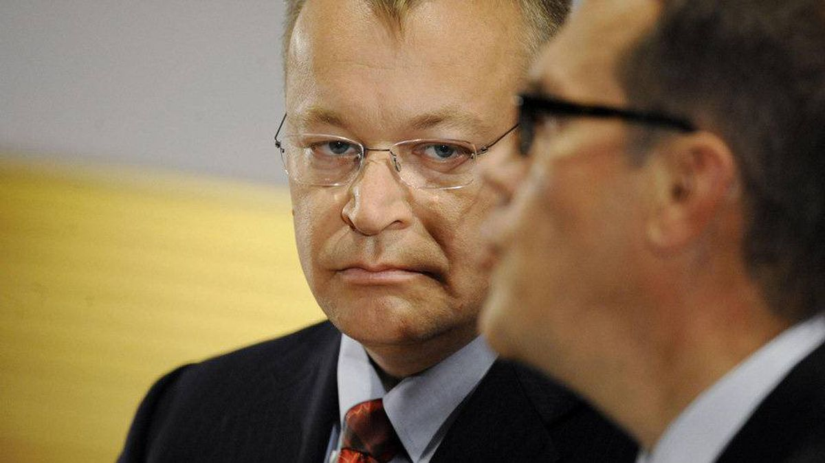 Nokia's new Chief Executive Stephen Elop (left) and Nokia's Chairman of the Board Jorma Ollila attend a news conference in Espoo in this September 10, 2010 file photo.