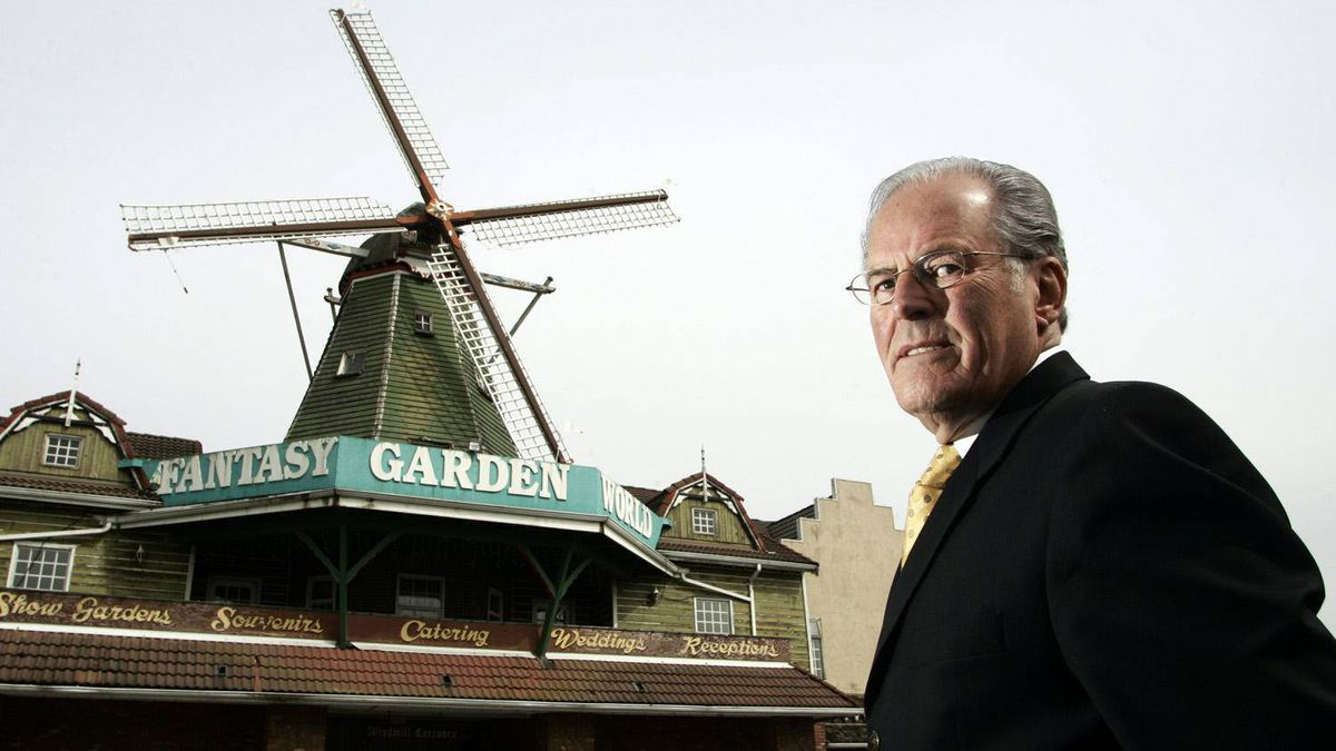Former B.C. premier Bill Vander Zalm outside the gates of Fantasy Gardens in Richmond, B.C., April 10, 2007. Vander Zalm once owned the theme park and was forced to resign in 1991 amid a conflict of interest scandal involving the sale of the park.