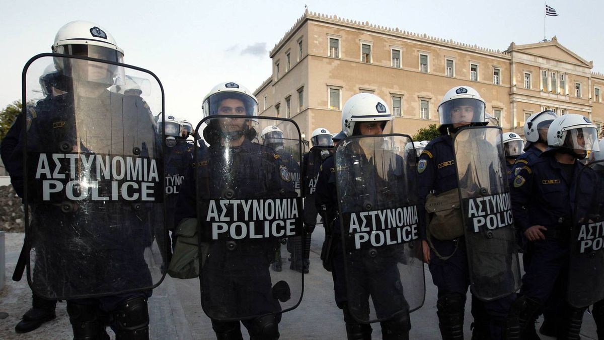 Police stand guard in front of Greece's parliament during a rally against austerity measures in Athens April 27