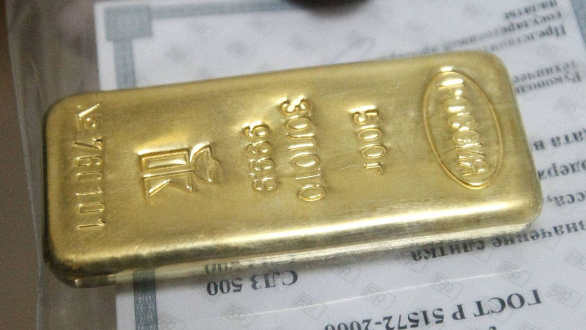 By the end of 2009 gold was trading at $1096.95 an ounce. A 500 gram high purity 999.9 hallmark gold ingot before being sold at a Sberbank office in Russia's Siberian city of Krasnoyarsk Aug. 12, 2011.