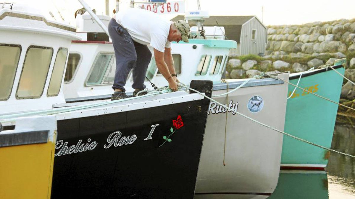 Darrel Nickerson secures a line to his fishing boat Chelsie Rose in Clark's Harbour, Nova Scotia, September 3, 2010. Fishing fleets along coastal communities are taking precautions as Hurricane Earl moves closer to the province.