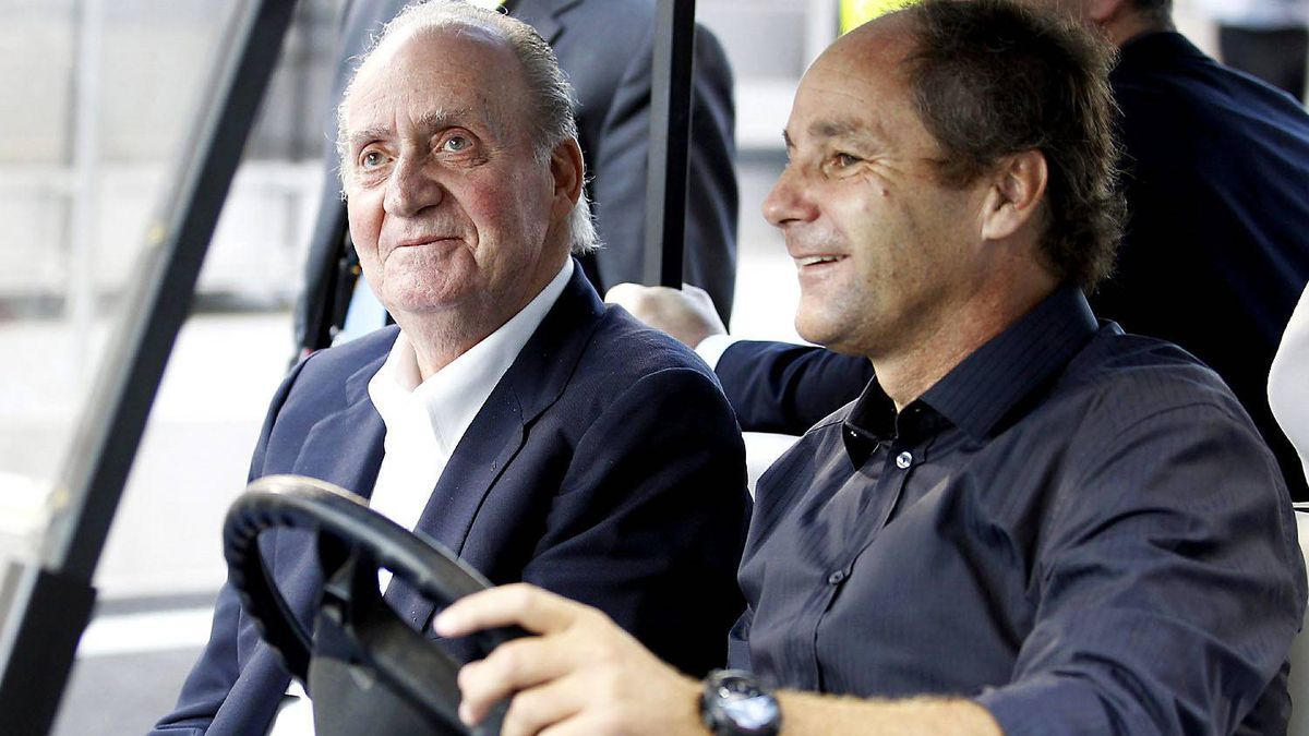 Spain's King Juan Carlos arrives for the Abu Dhabi F1 Grand Prix at Yas Marina circuit in Abu Dhabi November 13, 2011.