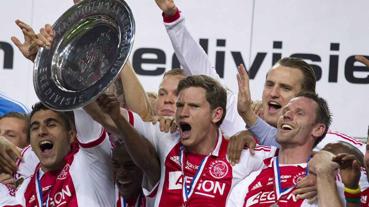 Ajax soccer players with captain Jan Vertonghen, center holding the trophy, celebrate clinching the Dutch Premier League title after defeating VVV Venlo with a 2-0 score in Amsterdam, Netherlands, Wednesday May 2, 2012.