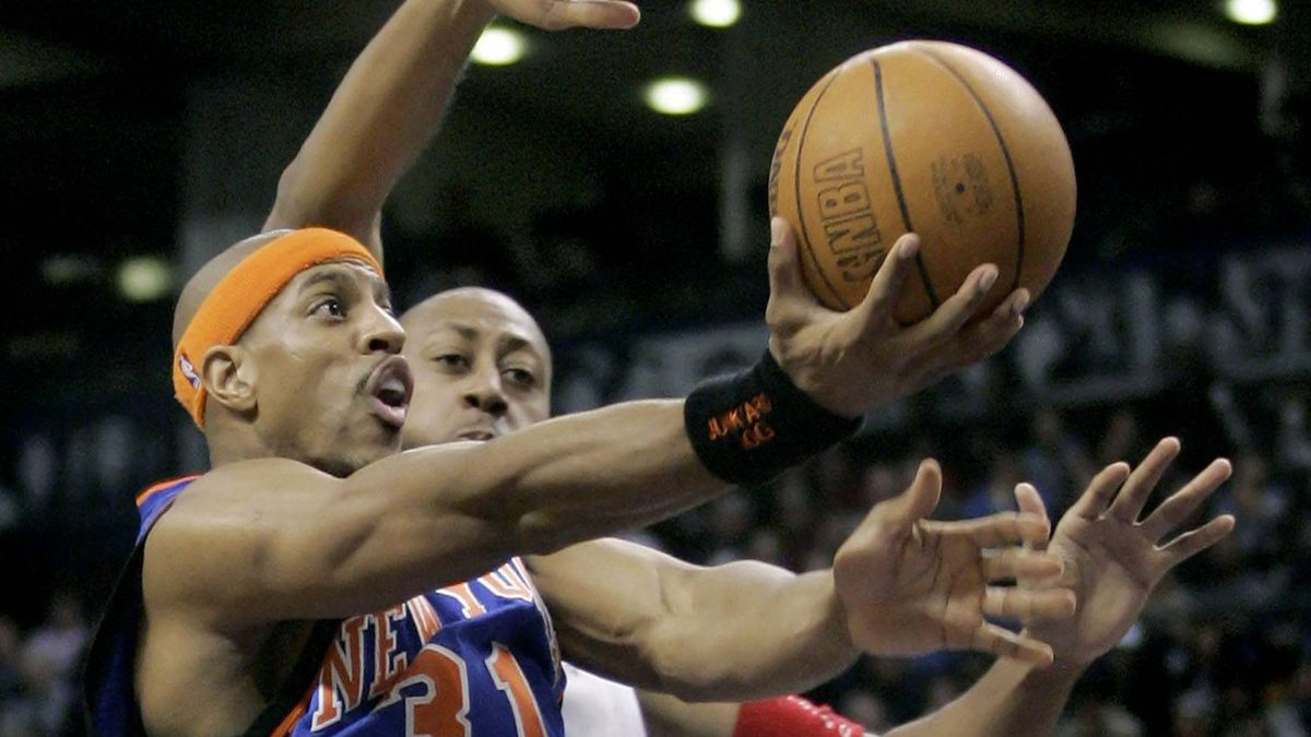 New York Knicks' forward Jerome Williams (31) drives to the hoop past Toronto Raptors's forward Donyell Marshall during the first half of their NBA game in Toronto, January 19, 2005. REUTERS/J.P. Moczulski