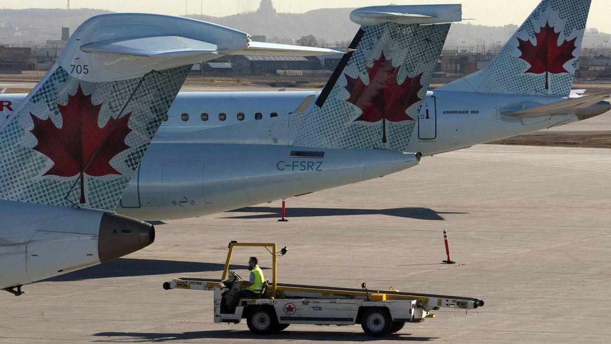 Air Canada planes sit on the tarmac as many baggage handlers walked off the job at Pierre Trudeau airport in Montreal, March 23, 2012.