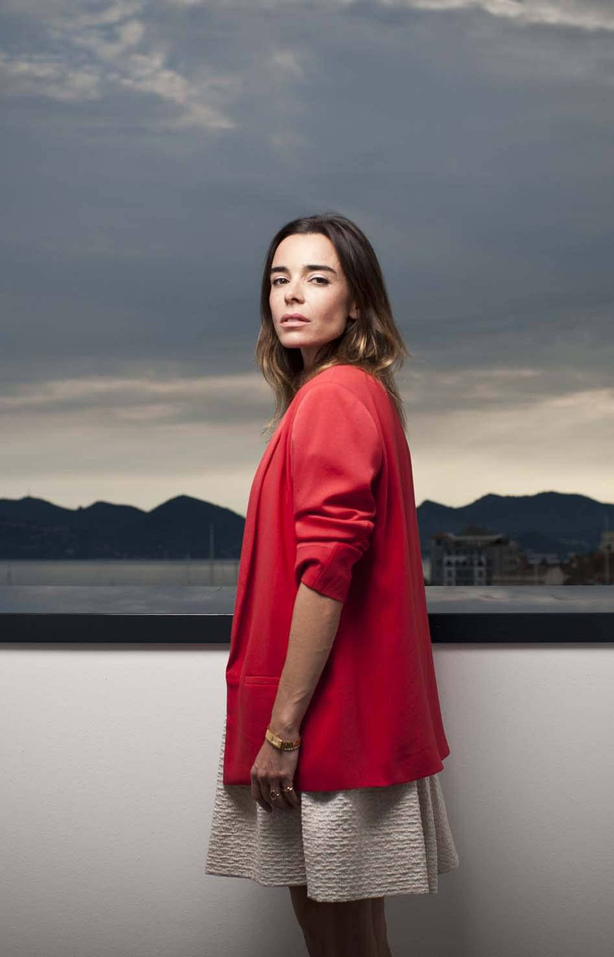 French actress Elody Bouchez is your French Actress of the Day for her use of a high ledge overlooking a distant shore to embody the essential emptiness of our lives and remind us of the melancholy fact that suicide is our only escape.