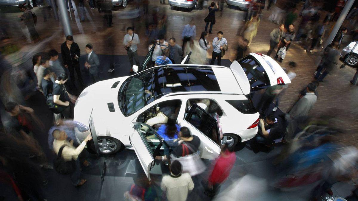 Visitors surround a Mercedes-Benz ML 350 4MATIC.