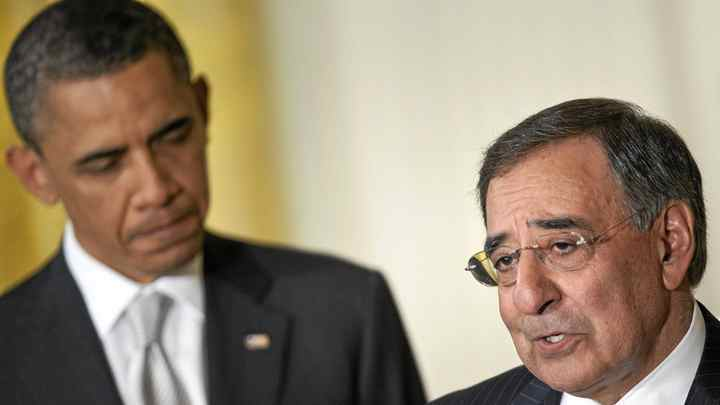President Barack Obama (Llistens while his nominee for Secretary of Defence, Director of the Central Intelligence Agency, Leon Panetta, speaks in the East Room of the White House April 28, 2011.