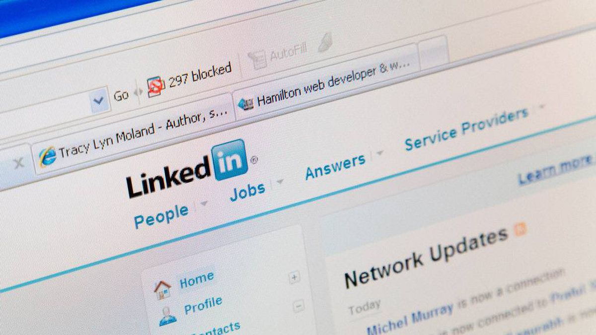 Canadian men use the online business networking site LinkedIn, to connect with other business people more than women, but does than make them savvier networkers?
