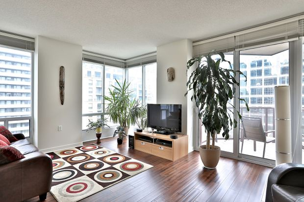 Downtown Toronto condo's location helps boost sale price