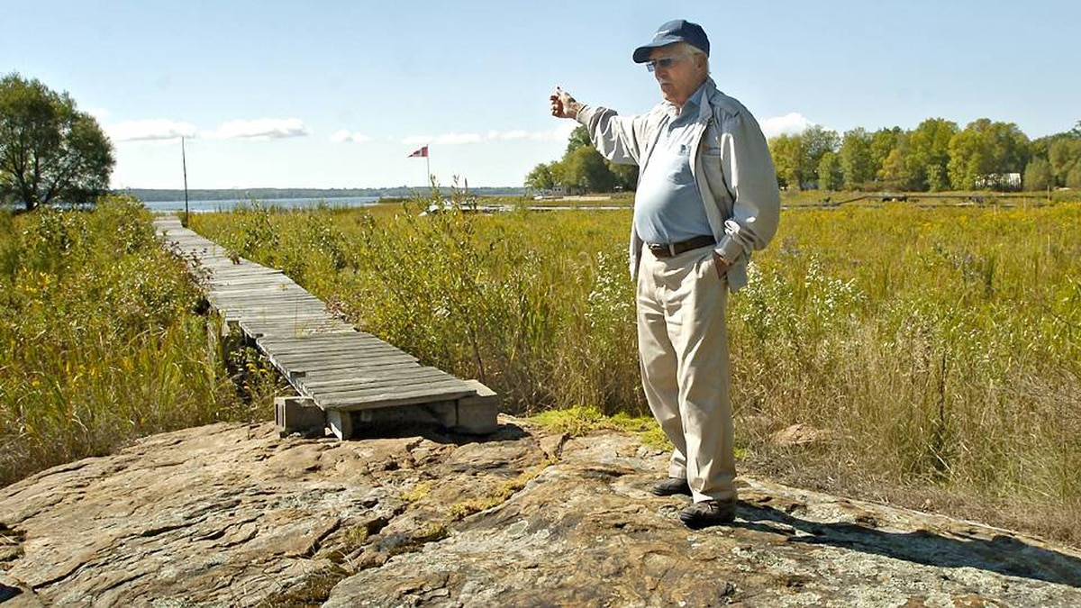 Bill Ives of Waubaushene, Ont., walks along a dock on his waterfront property in 2007. The water levels in Georgian Bay have receded leaving waterfront properties literally high and dry.