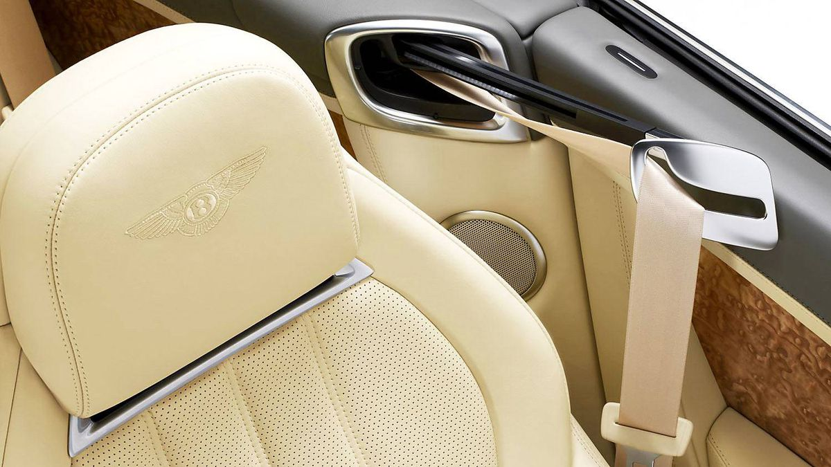 The Neck Warmer air-flow system has three settings, allowing for open-topped comfort.