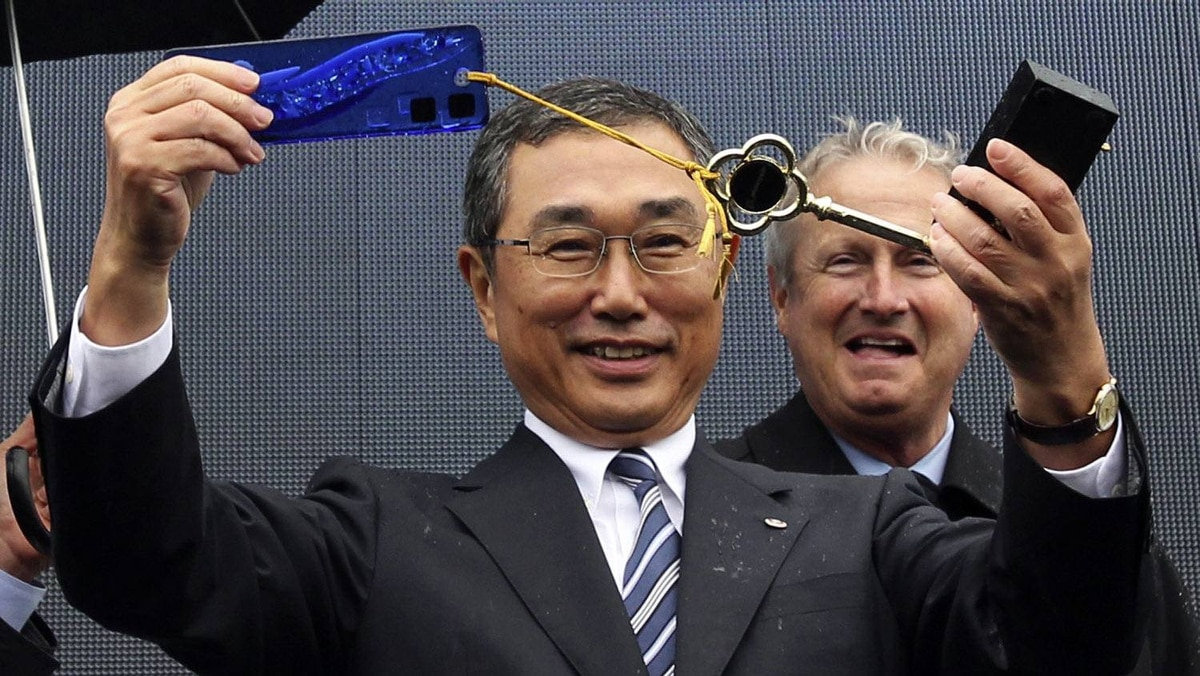 All Nippon Airways president and chief executive Shinichiro Ito (L) holds up the ceremonial key to the first Boeing 787 Dreamliner while Boeing president and chief executive Jim Albaugh looks on.